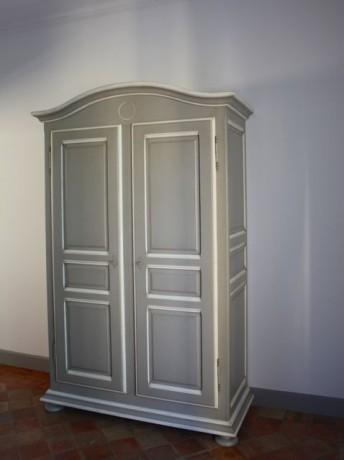 armoire patinee chapeau de gendarme grise blanche 2 portes. Black Bedroom Furniture Sets. Home Design Ideas